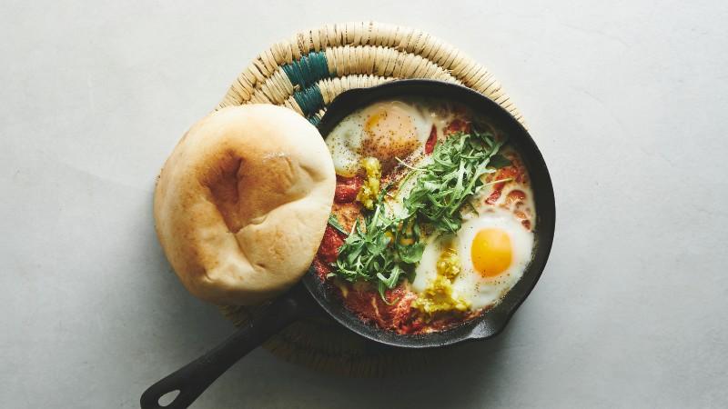 shakshuka - æg bagt i tomatsovs m. grøn shatta